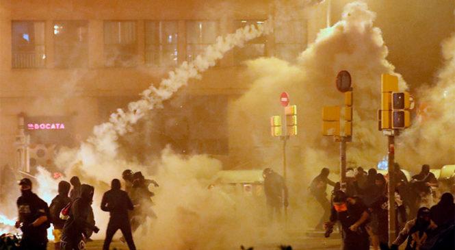 Disturbios y represión policial en protestas en Barcelona