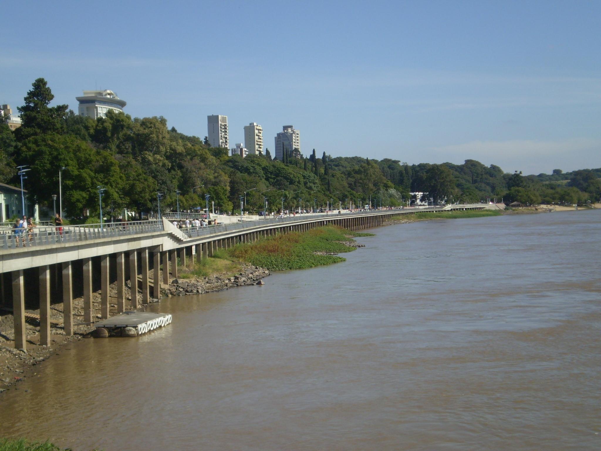 Mientras la temperatura roza los 36ºC en la capital entrerriana y el ambiente es sofocante