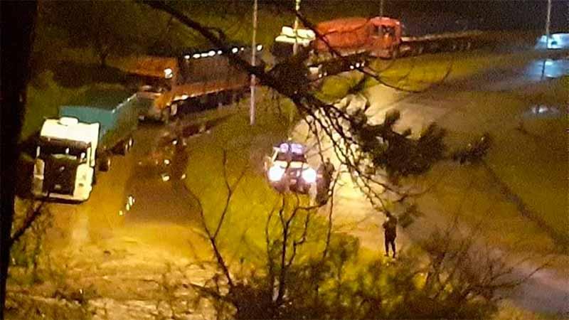 Auto afectado por desmoronamientos en rulo del tunel