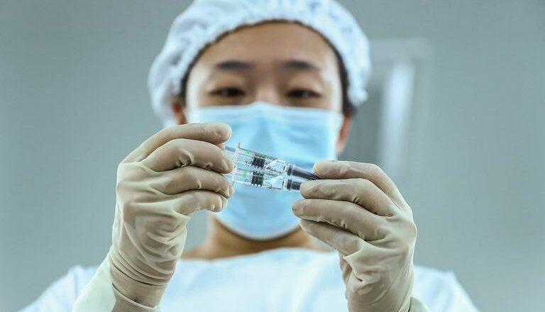 Acuerdo con China: llegarán un millón de vacunas a finales de enero