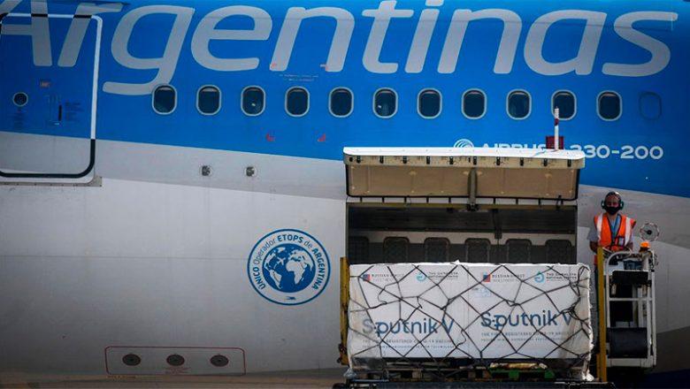 Récord de dosis cargadas en un solo vuelo: arribaron 1.141.000